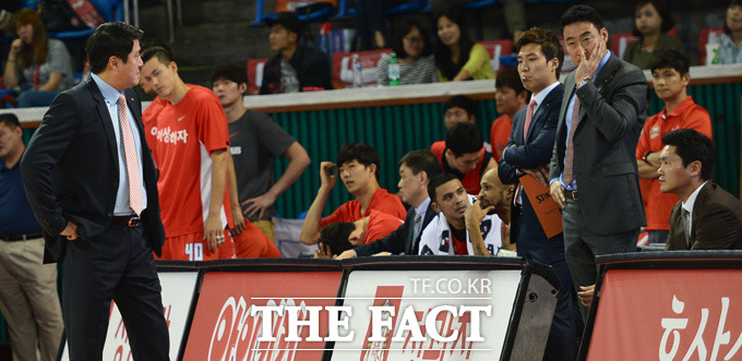 삼성과 SK의 서울 라이벌전에서 75-72로 역전승을 거둔 가운데 경기종료 직전 패색이 짙은 SK 벤치 분위기가 우울하다.