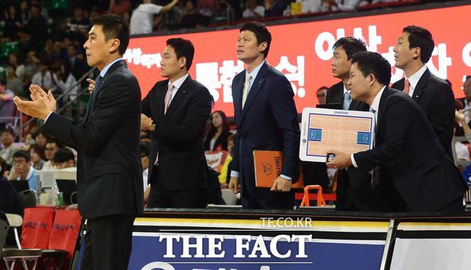 삼성 이상민 감독을 비롯한 코칭스태프들이 어려운 경기를 극복하고 한 점차 까지 쫓아가자 자리에서 일어나 선수들을 격려하고 있다.