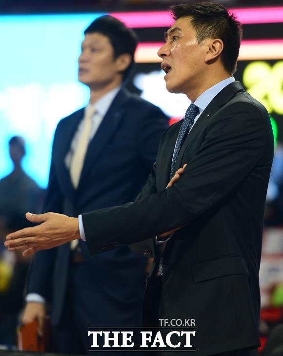 삼성 이상민 감독이 경기가 생각대로 풀리지 않는듯 경기 중 선수들에게 지적을 하고 있다.