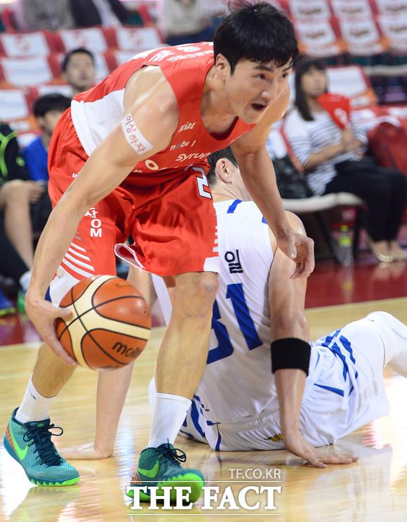 SK 오용준이 삼성 김준일의 마크를 뿌리치고 골밑으로 향하고 있다.