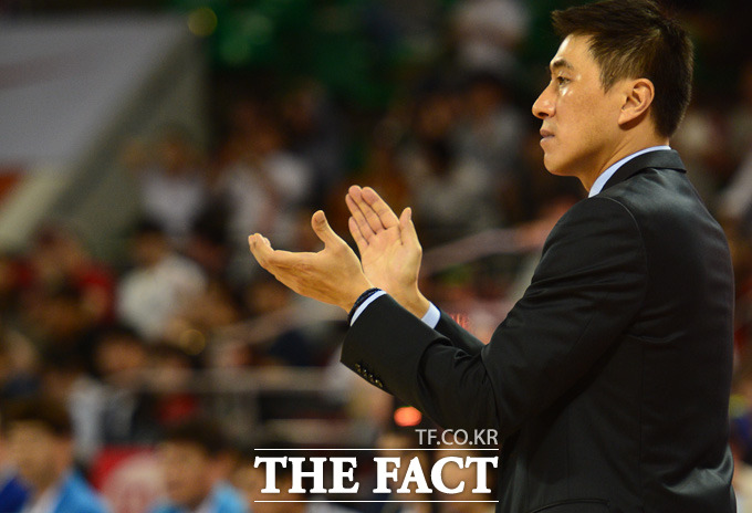 삼성 이상민 감독이 4쿼터 역전에 성공하자 박수를 치며 선수들을 격려하고 있다.