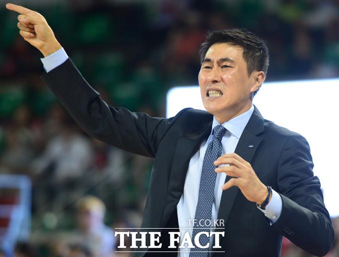 삼성 이상민 감독이 경기 중 작전을 지시하고 있다.