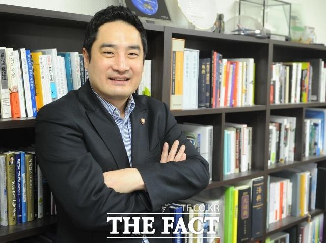불륜논란이 불거져 모든 방송을 하차하고 본업인 변호사로 복귀한 강용석. 그는 22일 자신의 블로그에 다음 달 개최하는 자신의 강연회를 대대적으로 홍보했다. /더팩트DB