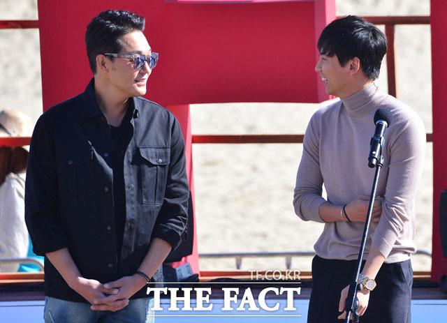 배우 박성웅(왼쪽)과 김남길이 2일 오후 부산 해운대 비프빌리지에서 열린 영화 무뢰한 야외무대인사에 참석해 대화를 나누고 있다./부산=남윤호 기자