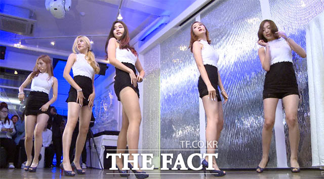 Temptation 신인 걸그룹 ATT, 신장 170cm의 섹시 5인조 신인 걸그룹 ATT가 7일 오후 서울 강남구 청담동 클럽 알키미스트에서 열린 데뷔 쇼케이스에서 타이틀곡 템테이션(Temptation)을 선보이고 있다./해당 영상 갈무리