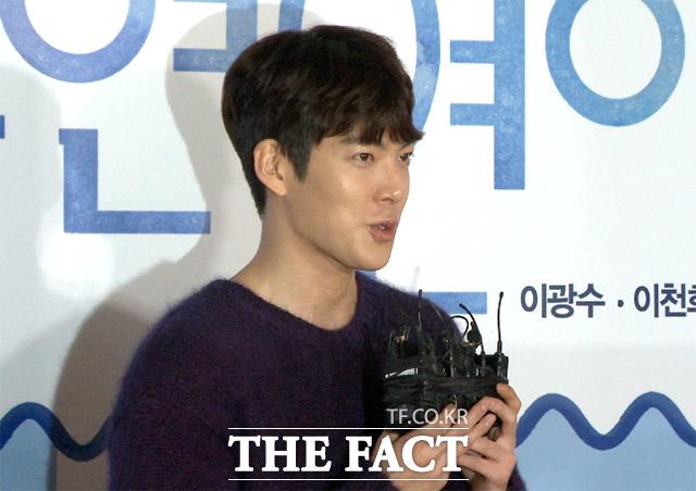 배우 김우빈이15일 저녁 서울 성동구 행당동 CGV왕십리에서 열린 영화 돌연변이의 VIP시사회에 참석해 인사하고 있다./해당 영상 갈무리