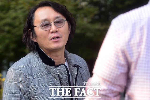 윤 전 대변인이 15일 오후 더팩트 취재진의 질문에 다음에 보자며 갈길을 재촉했다./김포=남윤호 기자