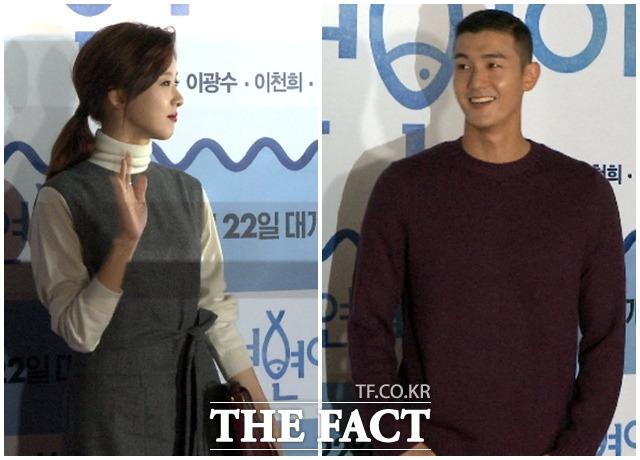 배우 이청아(왼쪽), 이기우 커플이 15일 저녁 서울 성동구 행당동 CGV왕십리에서 열린 영화 돌연변이의 VIP시사회에 참석해 인사하고 있다./해당 영상 갈무리
