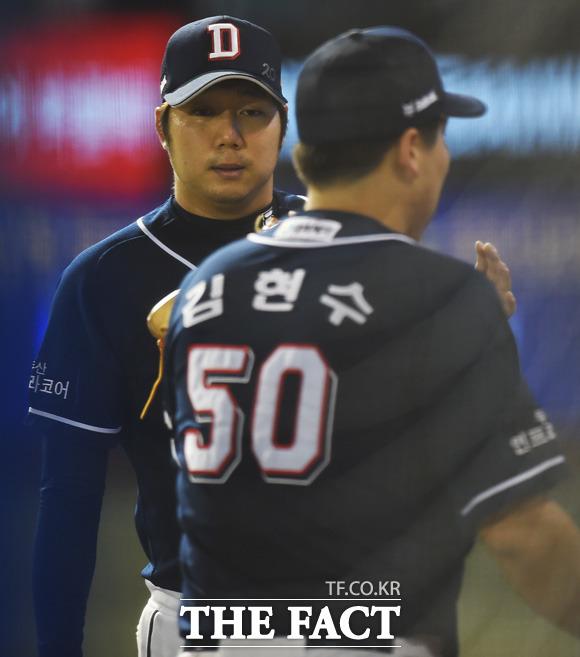 두산 선발 장원준이 5회말 2사서 NC 김태군의 안타성 타구를 멋진 수비로 잡아낸 김현수에게 고마움을 전하고 있다.