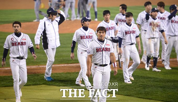 NC가 16-2로 두산을 꺾으며 한국시리즈 까지 단 1승을 남겨놓은 가운데 패한 두산선수들이 아쉬운 표정으로 경기장을 빠져나가고 있다.