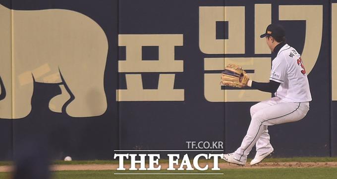 두산 박건우가  1회초NC 박민우의 좌측 깊은 2루타 때 타구를 쫓아가고 있다.