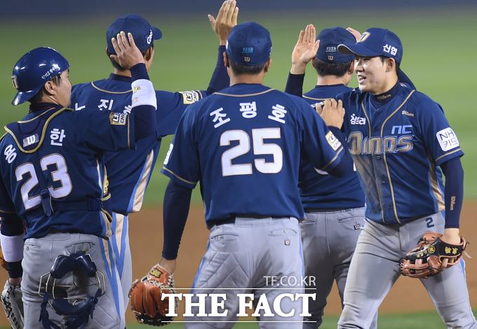 NC가 16-2로 두산을 꺾으며 한국시리즈 까지 단 1승을 남겨놓은 가운데 경기종료 후 선수들이 하이파이브를 나누고 있다.