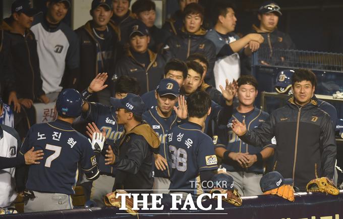 NC 노진혁이 9회초 2사 1루서 두산 남경호를 상대로 투런홈런을 터뜨리고 더그아웃에서 환영을 받고 있다.