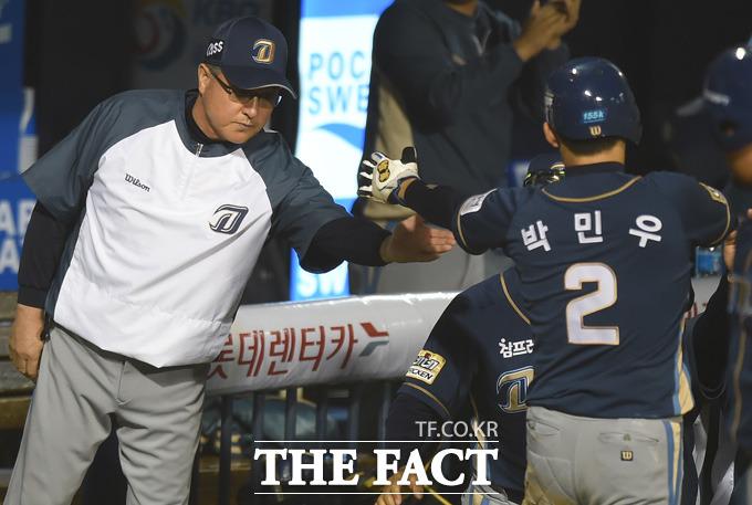 1회초 1사 3루서 NC 나성범의 희생플라이 때 득점에 성공한 박민우가 김경문 감독과 하이파이브를 나누고 있다.