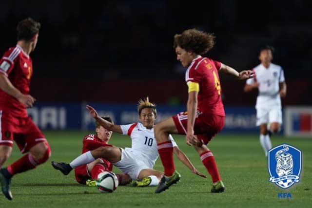 수비가 거친데 이승우(가운데)가 29일 열린 벨기에와 칠레 17세 이하 월드컵 16강전에서 넘어지고 있다. / 대한축구협회 제공