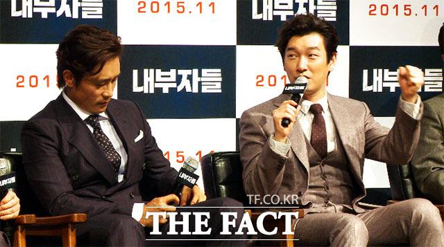 배우 이병헌(왼쪽)과 조승우가 지난 8일 서울 강남구 압구정 CGV에서 열린 영화 내부자들의 제작 보고회에 참석해 소감을 말하고 있다./이덕인 기자