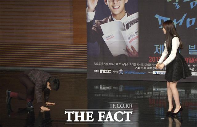 그룹 비투비 민혁(왼쪽)이 16일 오후 서울 마포구 상암MBC 골든마우스홀에서 진행된 MBC 수목드라마 달콤살벌 패밀리 제작 발표회에 입장하던 중 넘어지고 있다./해당 영상 갈무리