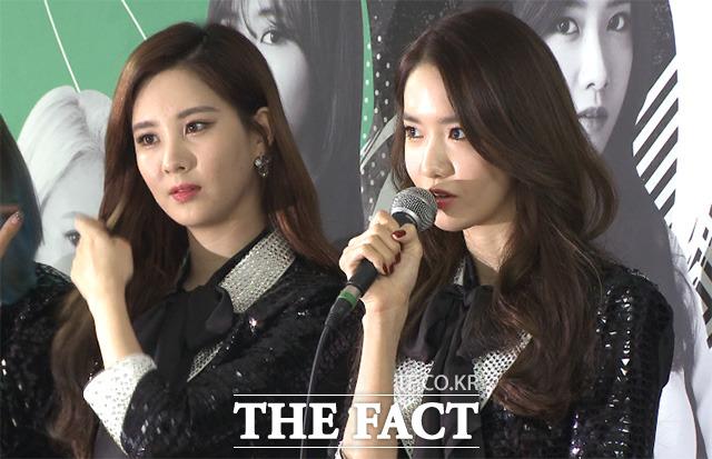 소녀시대 윤아(오른쪽)가 22일 오후 서울 송파구 올림픽공원 체조경기장에서 열린 네 번째 단독 콘서트 판타지아 기자회견에 참석해 질문에 답하고 있다./해당 영상 갈무리