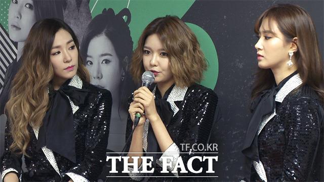 소녀시대 수영(가운데)이 22일 오후 서울 송파구 올림픽공원 체조경기장에서 열린 네 번째 단독 콘서트 판타지아 기자회견에 참석해 질문에 답하고 있다./해당 영상 갈무리