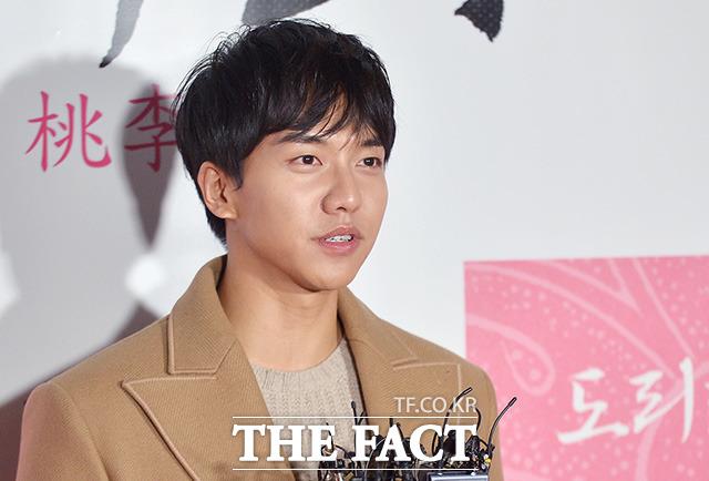 배우 이승기가 23일 오후 서울 성동구 왕십리CGV에서 열린 영화 도리화가 VIP시사회에 참석해 축하 인사를 전하고 있다./조재형 기자