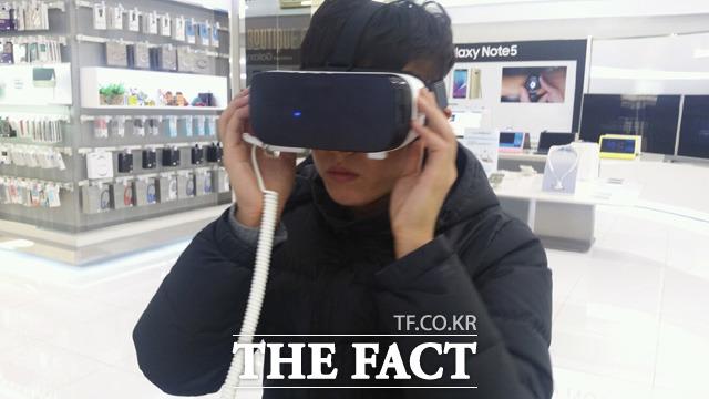 삼성전자의 가상현실 헤드셋 기어VR을 체험하기 위해 25일 서울 삼성동 코엑스 갤럭시 스튜디오를 찾았다. /이성락 기자