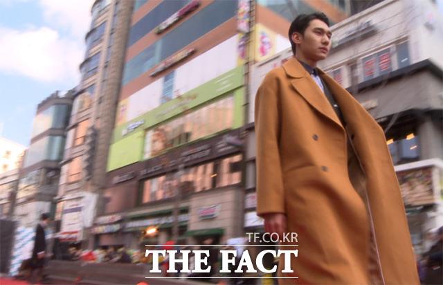 한국연예사관학교 학생들이 27일 서울 신촌 현대유플렉스 버스킹존에서 열린 패션쇼 런웨이를 걷고 있다./해당 영상 갈무리