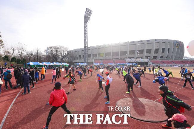 더팩트가 주최한 더팩트 2015 시즌마감 42.195 레이스 마라톤 대회가 6일 오전 서울 송파구 잠실종합운동장 보조경기장에서 열린 가운데 참가자들이 몸풀기 운동을 하고 있다./남윤호 기자