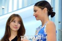 [TF클릭] '미란이 언니가 부러워~' 윤은혜-미란다 커, '사인들고 나란히'