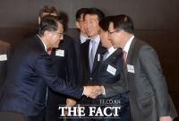 [TF포토] 악수하는 진웅섭 금감원장-조용병 신한은행장