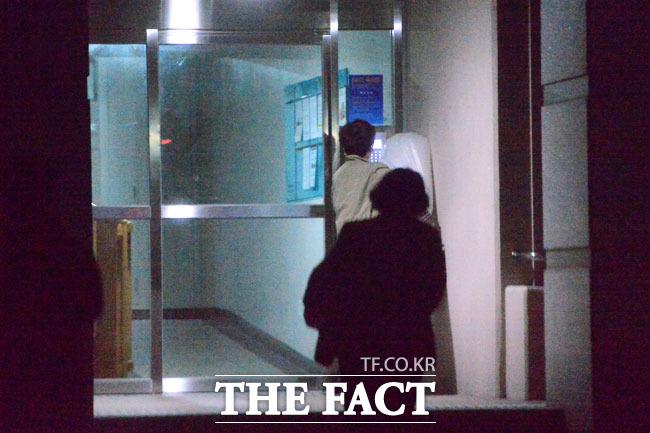뒷모습은 아줌마(?) 어두워서 얼굴 확인이 잘 되지 않았다. 평범하게 귀가하는 부부의 모습이지만 뒤 쪽 아줌마 스타일의 머리를 한 그가 바로 윤창중 전 대변인으로 확인됐다.