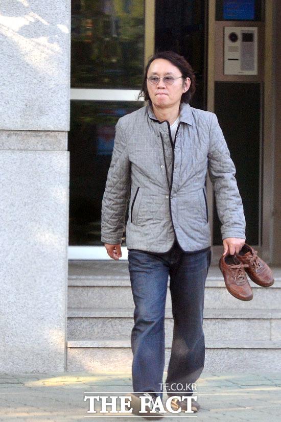 신발 한 켤레 들고 집 나서는 윤 전 대변인.