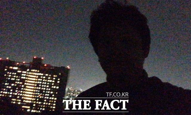 위험 무릅쓰고 셀카- 옥탑에 올라가 셀카를 찍었지만 삼성의료원 쪽이 밝아 얼굴이 실루엣으로 나왔다. 옥탑에서 중심을 잡기 힘들어 1장만 찍었다.