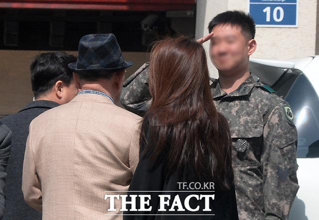 충성! 군인으로 보이는 지인이 전 전 대통령에게 거수경례를 하고 있다.