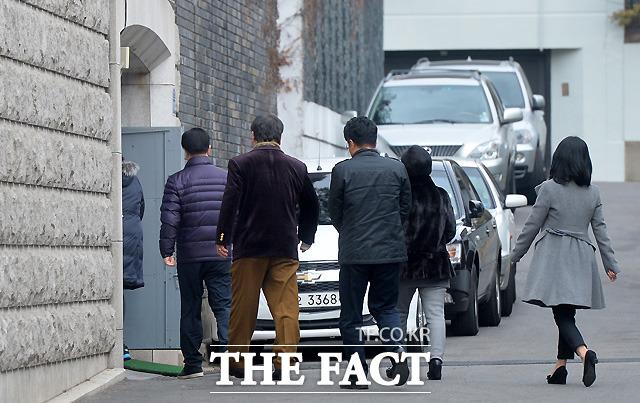 인사드리러 가자~ 전두환 전 대통령의 생일인 1월 18일 오전 방문객들이 줄지어 사저로 들어가고 있다.