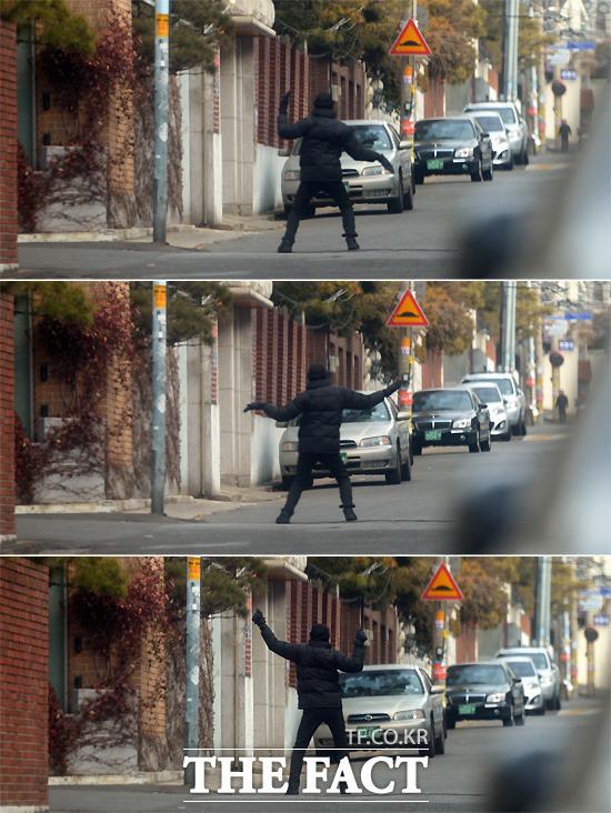 연희동에 출현한 댄싱머신? 전 전 대통령 사저가 위치한 연희동 인근 주택가에서 춤을 추며 근무 시간을 보내는 한 경찰.