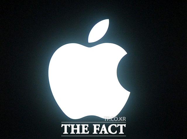 미국 아이폰 4s 이용자들이 애플을 상대로 집단 소송을 진행하는 것으로 알려졌다. 이들은 아이폰 4s에 최신 모바일 운영체제를 설치한 뒤 속도가 느려지면서 재기능을 하지 못한다고 주장하고 있다. /더팩트DB