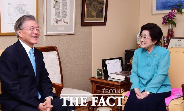 문재인(왼쪽) 대표는 새해 첫날인 1일 서울 동작구 현충원의 고 김대중 전 대통령의 묘역을 참배한 뒤 동교동 사저를 찾아 부인인 이희호 여사를 찾아 여사님께서 많이 도와달라고 말했다./더팩트DB