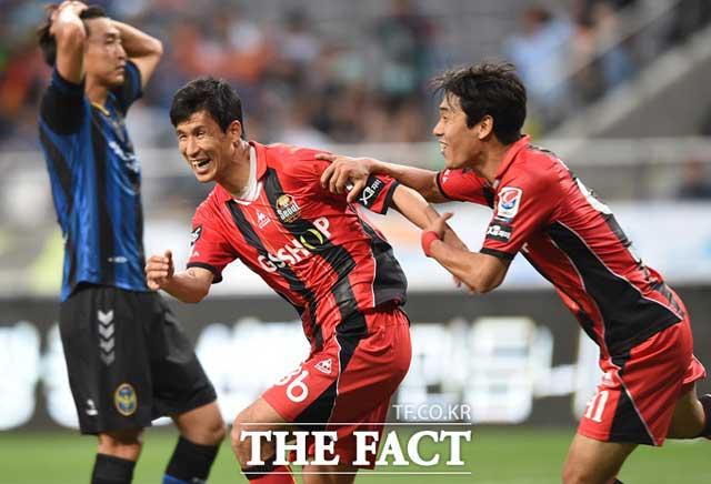 우린 리턴파! 정조국(가운데)과 박주영(오른쪽)이 지난해 6월 3일 열린 인천 유나이티드전에서 함께 기뻐하고 있다. / 서울월드컵경기장 = 최용민 기자