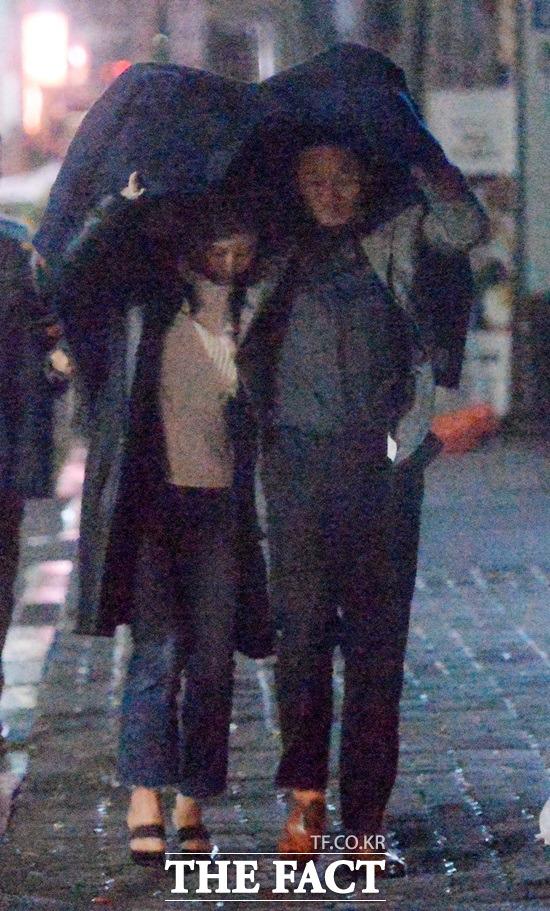 황정음 이영돈 데이트. 황정음(왼쪽)과 이영돈은 빗속에서 영화의 한 장면을 연상하게 하는 데이트로 누리꾼의 부러운 시선을 받았다. /임영무·문병희 기자