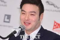[TF포토] 미소지으며 질문 답하는 박병호