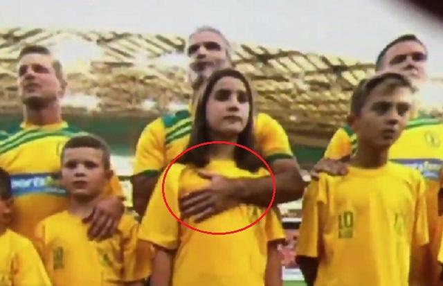 8세 딸 성추행? 호추 출신 포스터가 지난 7일 친선경기에서 자신의 딸의 가슴을 쓰다듬는 장면이 카메라에 포착됐다. / 유튜브 영상 캡처