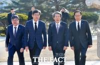 [TF포토] 국민의당 한상진 위원장, '김구 선생 묘역 찾아'