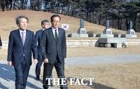 [TF포토] 국민의당 한상진 위원장, '삼의사의 묘 참배'
