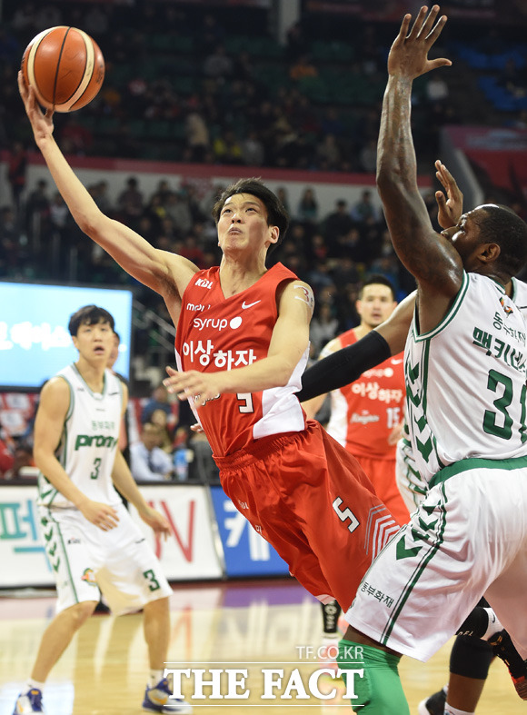 SK 김선형이 동부 맥키네스의 마크를 뚫고 골을 성공시키고 있다.