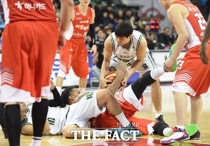 원주동부 김창모가 동료 김종범이 SK 미첼과 흐르는 볼을 차지하기 위해 거친 몸싸움을 벌이는 사이 볼을 빼내고 있다.
