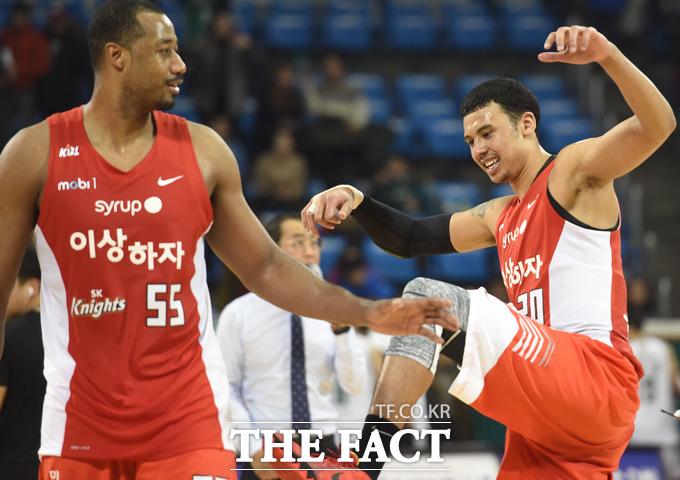 SK 박승리와 사이먼이 경기 종료 후 장난을 치며 밝게 웃고 있다.