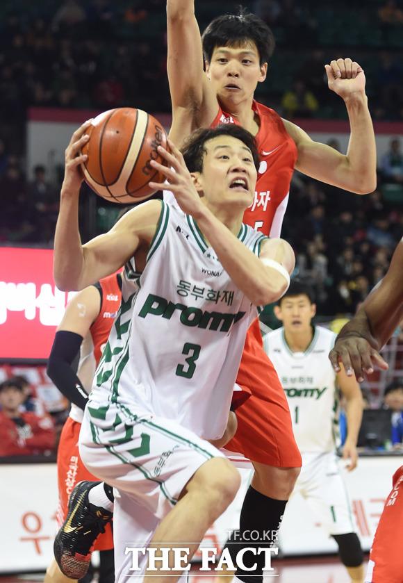 동부 허웅이 SK의 김선형의 밀착마크를 뚫고 슛을 시도하고 있다.