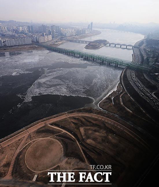 위에서 바라본 한강 일대. 한강 일부가 결빙으로 얼어있다./이덕인 기자