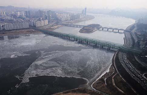 [TF영상] 하늘에서 본 서울…'강추위에 한강 첫 결빙'
