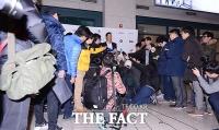 [TF클릭] '마이너리그 진출' 이대호…'공항 뒤덮은 취재진'